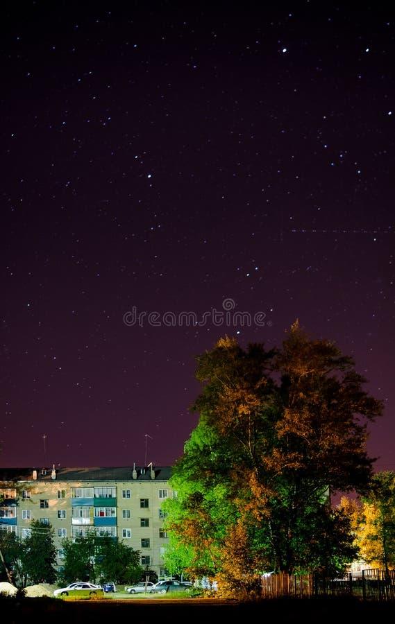Cielo stellato sopra la città fotografia stock