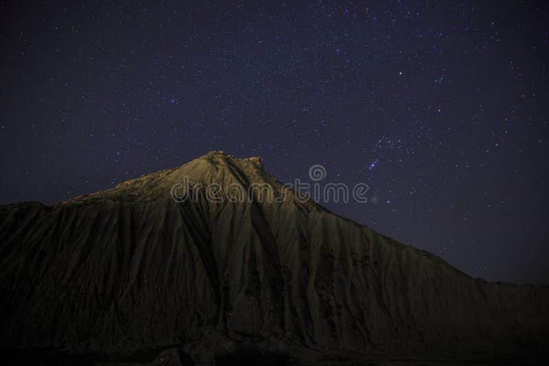 Cielo stellato sopra la montagna fotografia stock libera da diritti