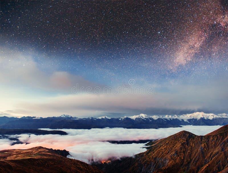 Cielo stellato sopra la nebbia spessa sulla montagna fotografia stock libera da diritti
