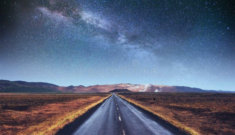 Cielo stellato sopra le montagne fotografia stock libera da diritti