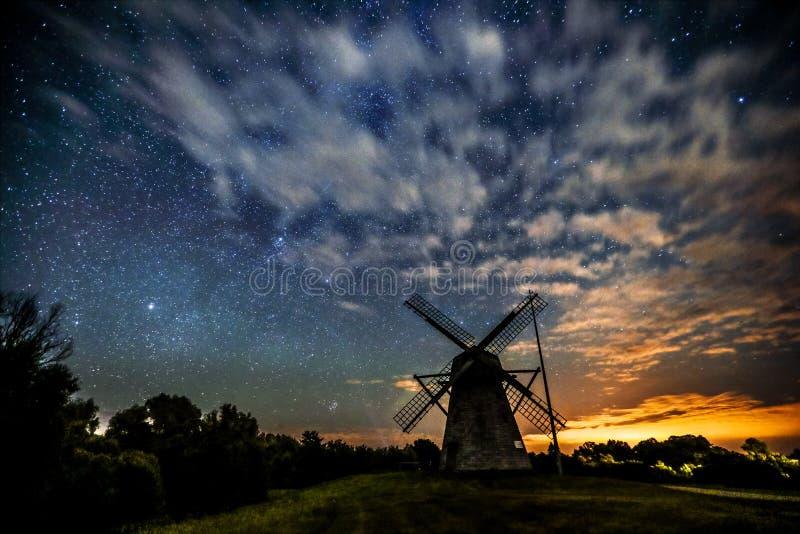 Cielo stellato sopra un vecchio mulino a vento di legno fotografia stock libera da diritti