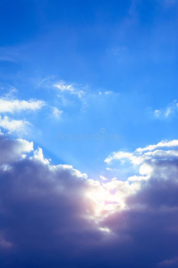 Cielo stupefacente con le nuvole delicate affascinanti ed il sole arancio fotografie stock libere da diritti