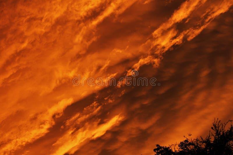 Cielo su fuoco! Nuvola dopo pioggia durante le ore crepuscolari immagine stock libera da diritti