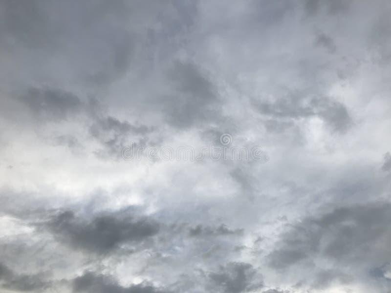 Cielo, tempestad de truenos y lluvia de primavera imágenes de archivo libres de regalías