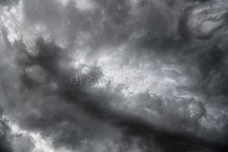 Cielo tempestoso drammatico scuro con le nuvole pesanti grige immagine stock
