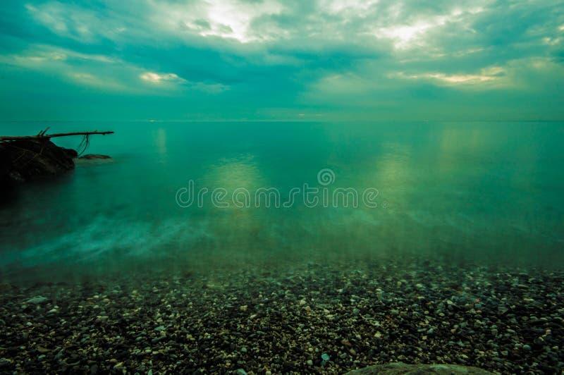 Cielo tempestoso sopra il mare immagini stock libere da diritti