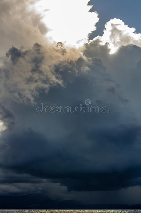 Cielo tempestoso sopra l'isola della base-Terre, Guadalupa, con un oceano brillante dell'oro immagine stock libera da diritti