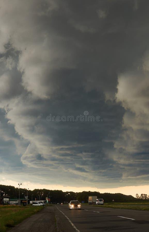 Cielo tempestoso sopra la strada principale fotografia stock libera da diritti