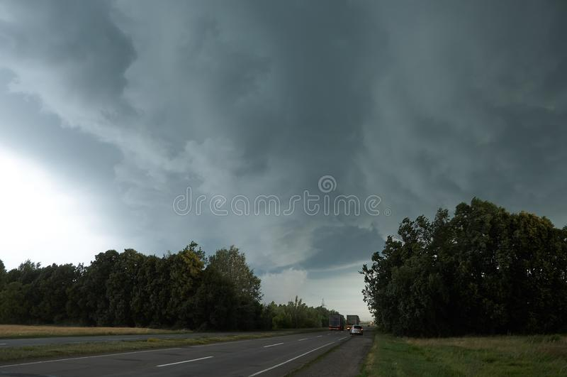 Cielo tempestoso sopra la strada principale immagini stock libere da diritti