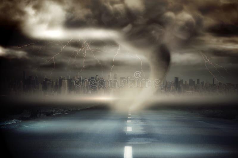 Cielo tempestuoso con tornado sobre el camino ilustración del vector