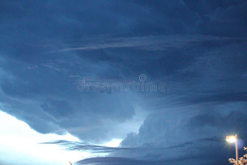 Cielo tempestuoso de la pradera del verano foto de archivo libre de regalías
