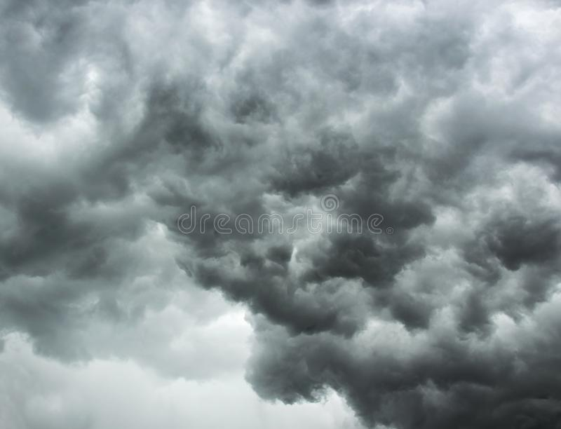 Cielo tempestuoso gris oscuro dramático nublado Concepto de presentimiento del peligro foto de archivo libre de regalías