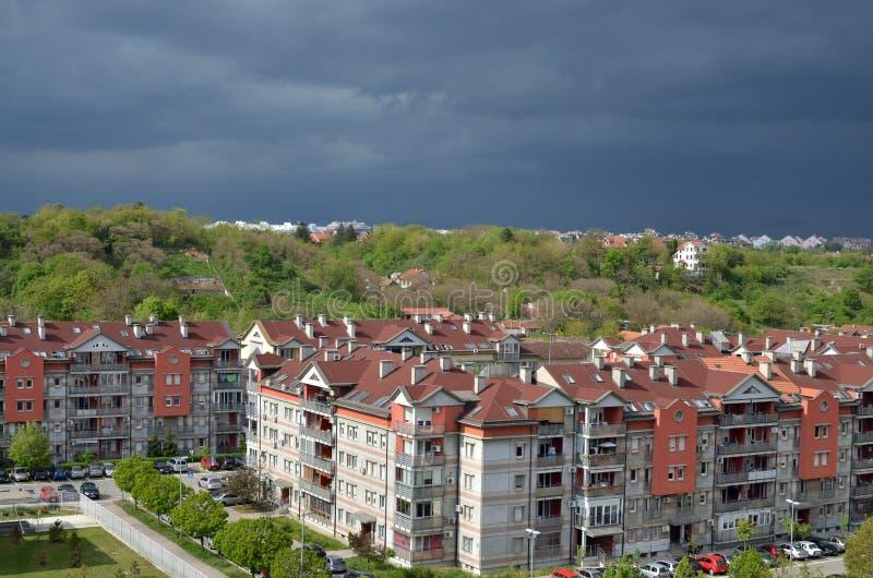 Cielo tempestuoso sobre edificios foto de archivo libre de regalías
