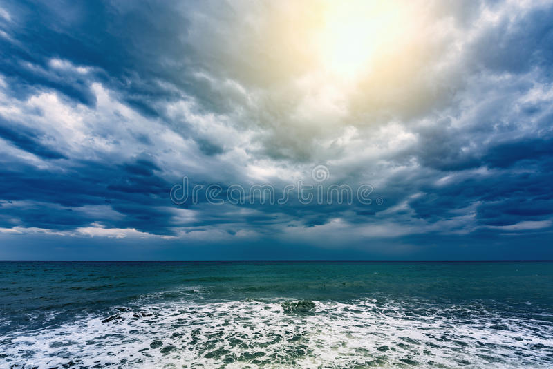 Cielo tempestuoso sobre el mar fotografía de archivo