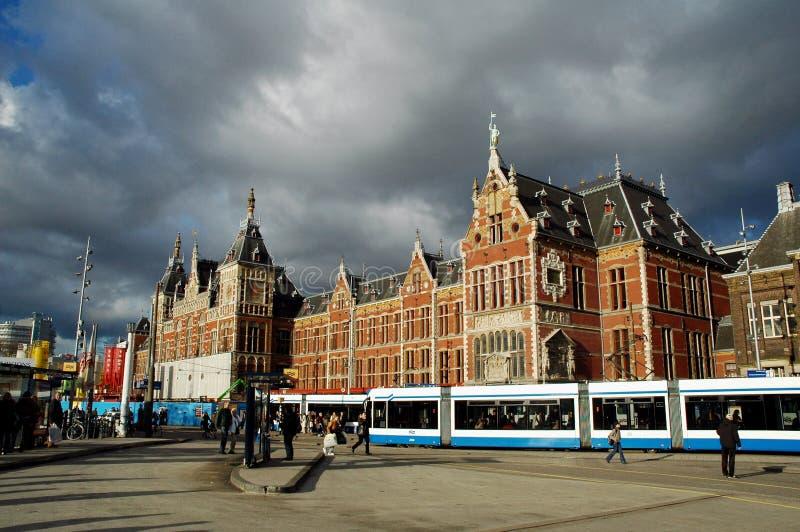 Cielo tempestuoso sobre la estación central de Amsterdam fotografía de archivo