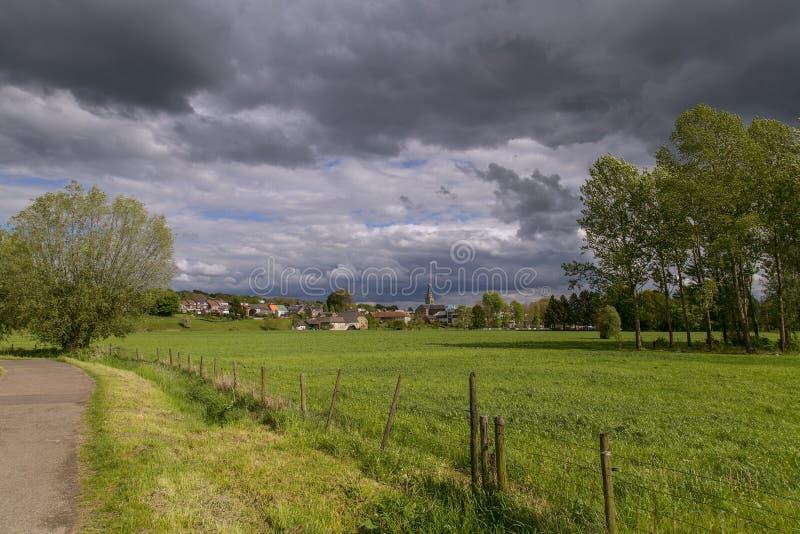 Cielo tempestuoso sobre Wijlre en Limburgo del sur, los Países Bajos fotos de archivo