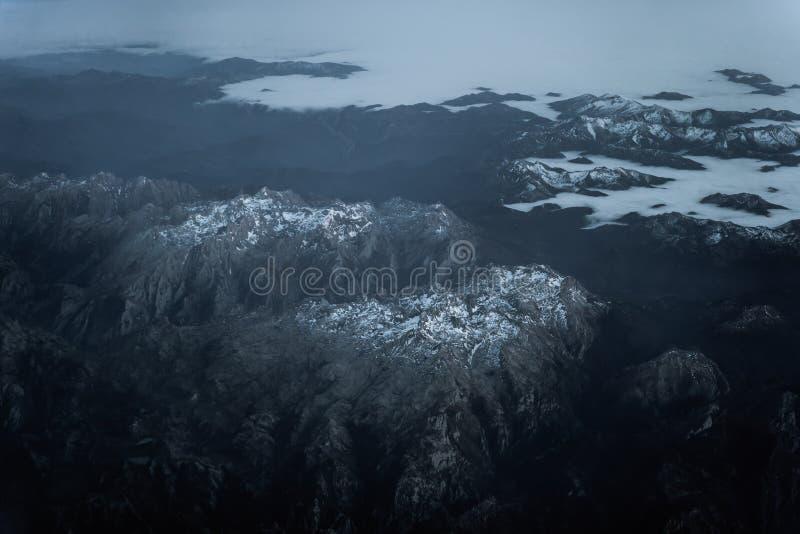 Cielo, top abajo de la vista de montañas en Asturias con la nieve, España imagen de archivo