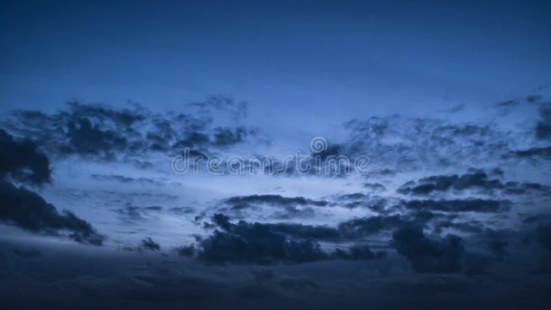 Cielo uguagliante drammatico al crepuscolo con riunirsi scuro delle nuvole fotografia stock