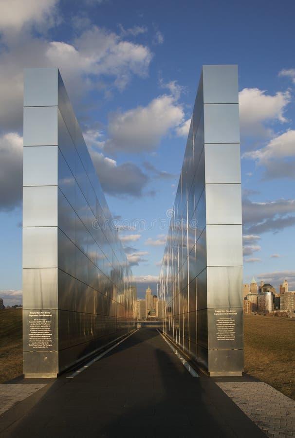 Cielo vacío: Jersey City 9/11 monumento en la puesta del sol, New Jersey, los E.E.U.U. imagen de archivo