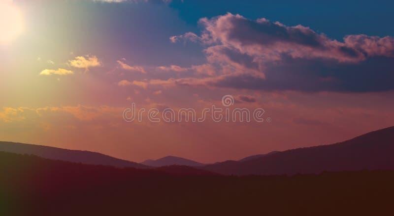 Cielo variopinto della montagna fotografia stock libera da diritti