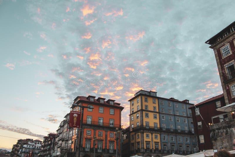 Cielo variopinto e costruzione di Oporto fotografia stock