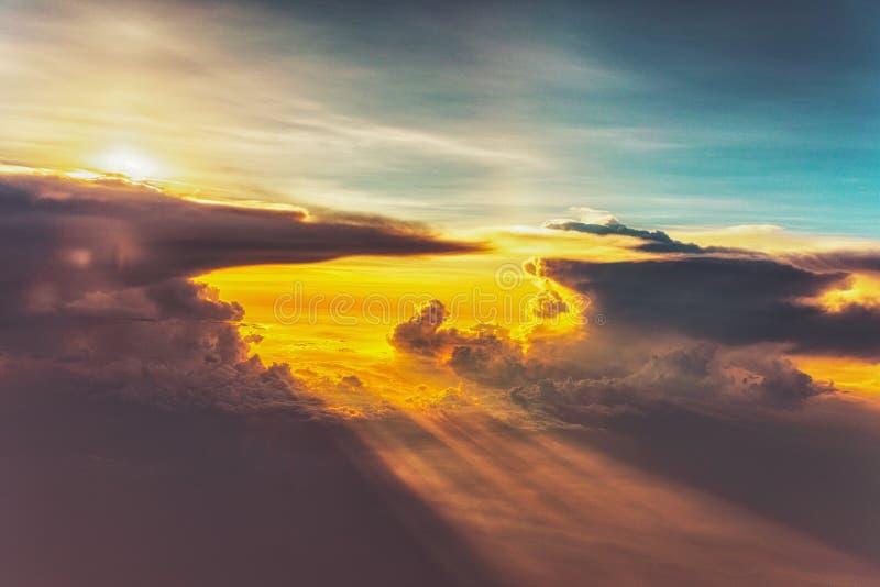 Cielo variopinto nel tramonto Bello paesaggio di tramonto fotografia stock libera da diritti