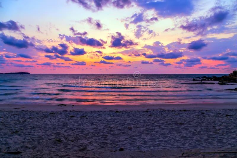 Cielo variopinto scenico del mare del paesaggio al tramonto immagini stock libere da diritti