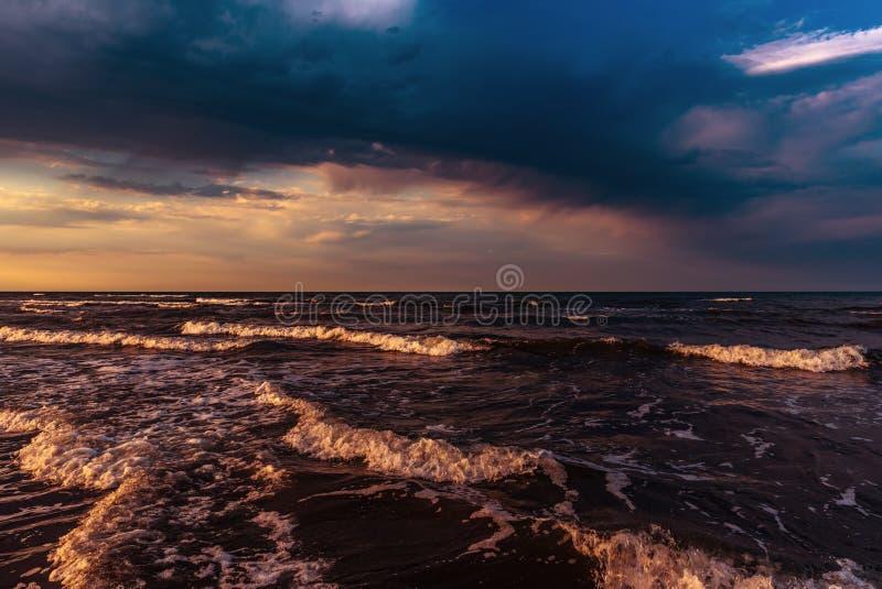 Cielo variopinto stupefacente di tramonto sopra il mare fotografia stock libera da diritti
