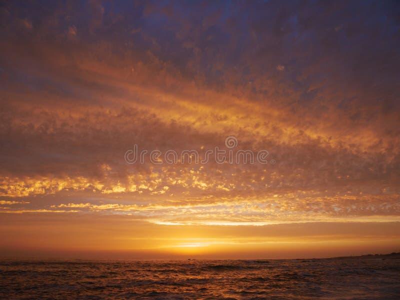 Cielo variopinto vivo al tramonto sopra l'oceano nel Portogallo fotografia stock