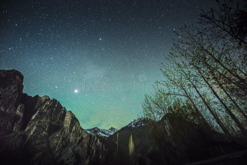 Cielo verde stellato sopra le alte montagne sulla notte Leh Ladakh India di inverno fotografie stock libere da diritti