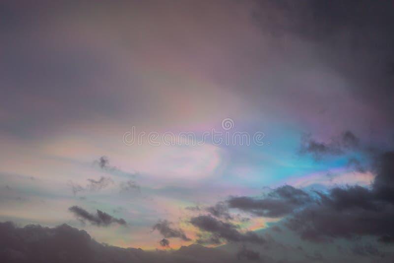 Cielo vibrante colorido de la puesta del sol con arco iris-como efecto en las nubes imagenes de archivo