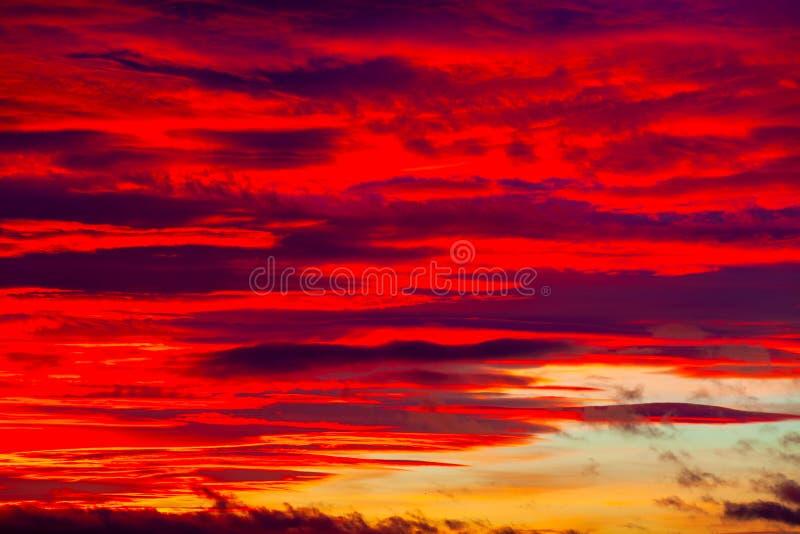 Cielo vibrante colorido dramático pintoresco de la puesta del sol con las nubes fotos de archivo libres de regalías