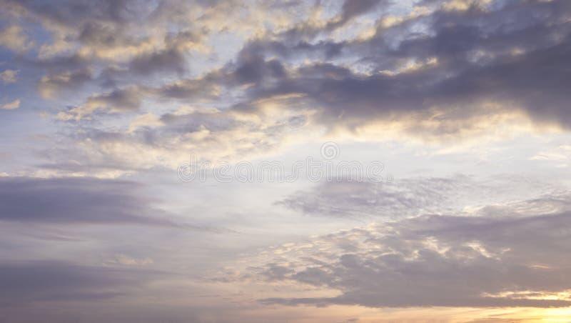 Cielo violeta en la oscuridad foto de archivo