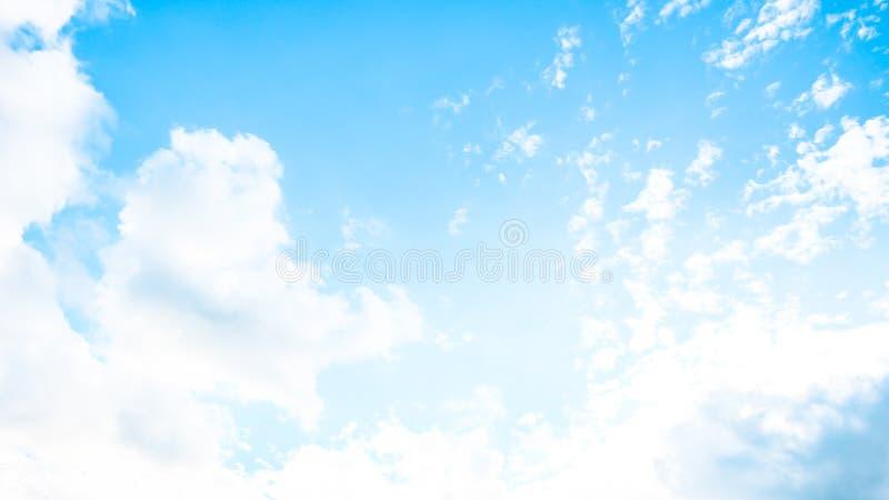 Cielo vivo di estate immagini stock