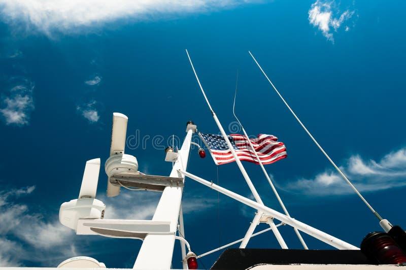 Cielo y bandera americana en un buque de guerra fotografía de archivo