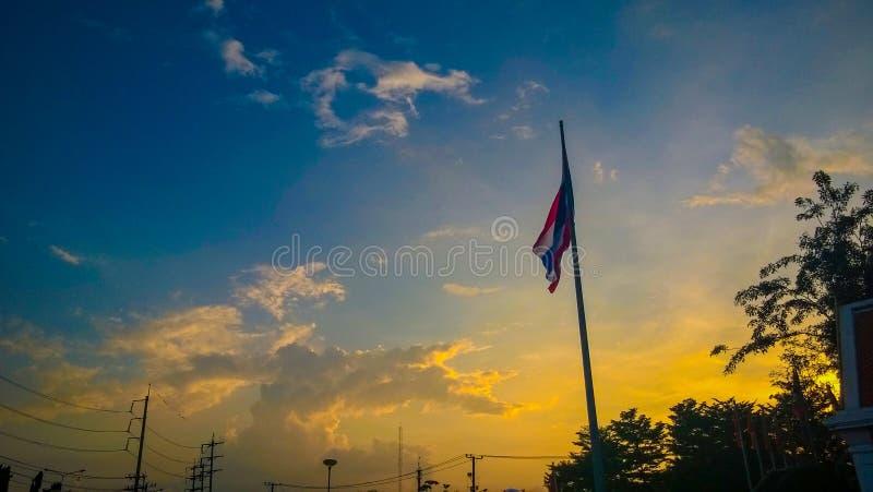 Cielo y bandera tailandesa en polo foto de archivo libre de regalías