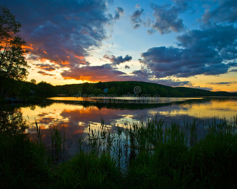 Cielo y lago hermosos imagenes de archivo