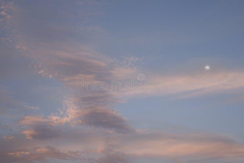 Cielo y Luna Llena con la niebla - fondo de Halloween foto de archivo