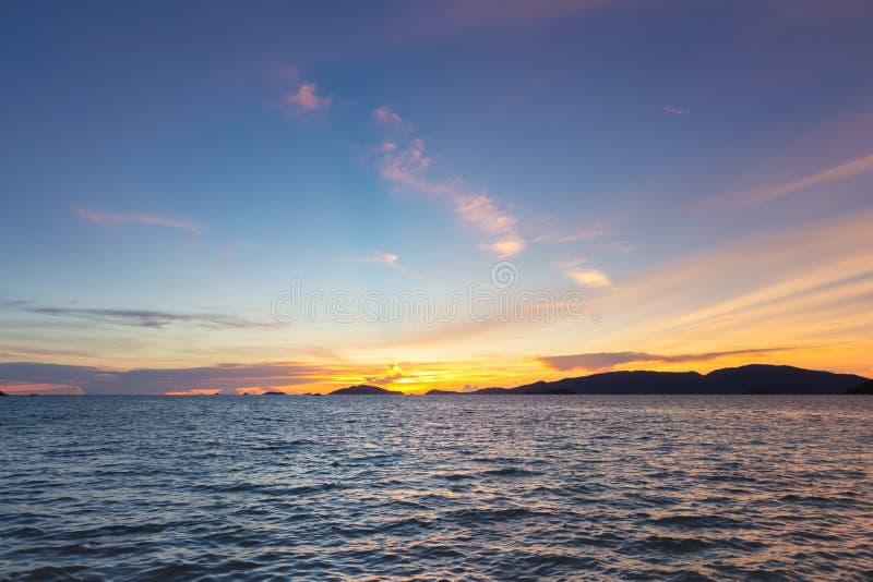 Cielo y mar de la puesta del sol Puesta del sol de la playa con las nubes anaranjadas y azules imagen de archivo libre de regalías