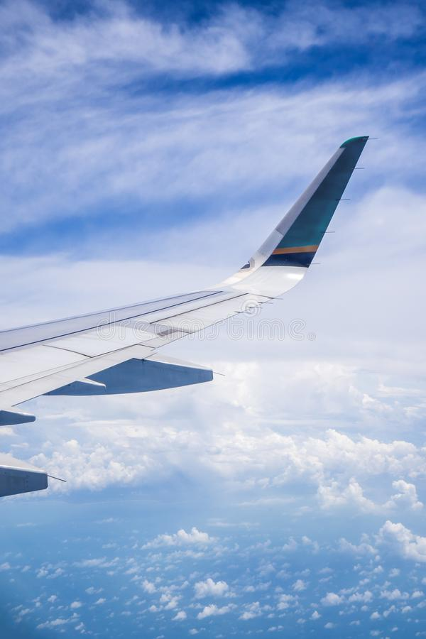 Cielo y nube como a través vista ventana de un avión fotos de archivo