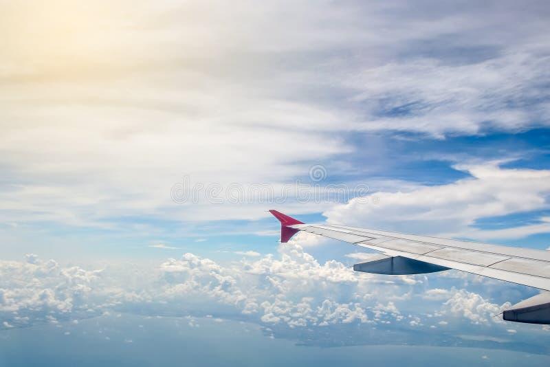 Cielo y nube como a través vista ventana de un avión foto de archivo