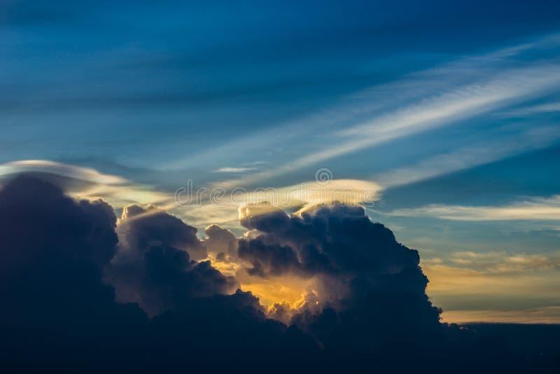 Cielo y nube crepusculares foto de archivo