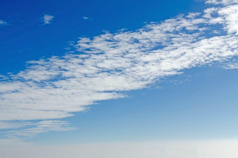 Cielo y nube vistos a través de la ventana de aviones imágenes de archivo libres de regalías