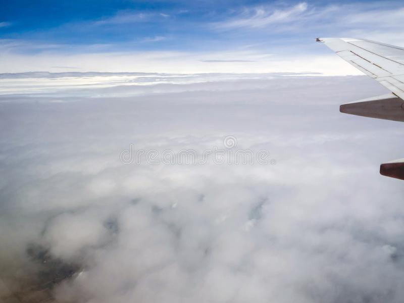 Cielo y nube vistos a través de la ventana de aviones foto de archivo