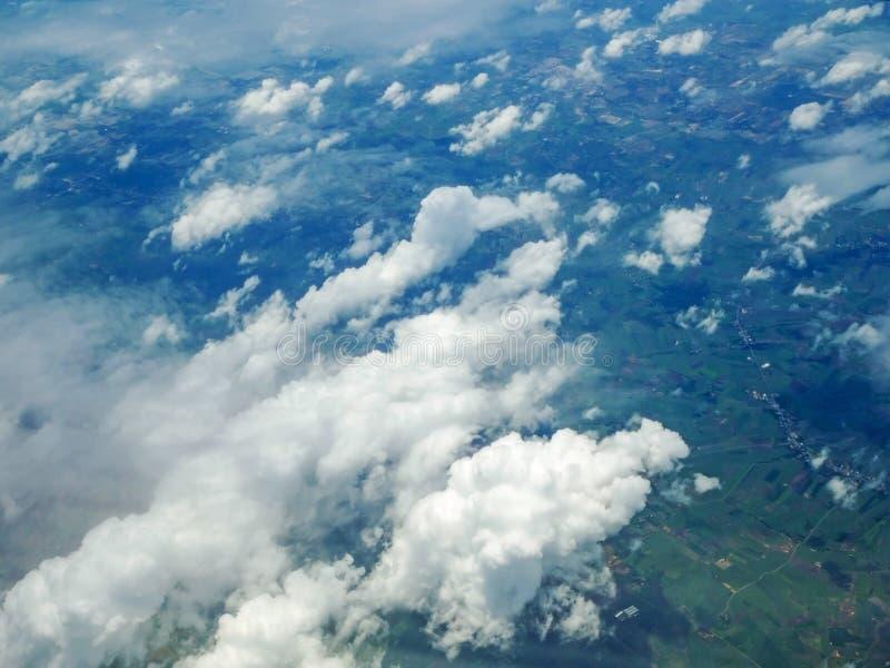 Cielo y nube vistos a través de la ventana de aviones imagen de archivo libre de regalías