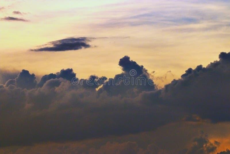 Cielo y nubes de la textura en la puesta del sol fotografía de archivo