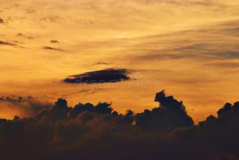 Cielo y nubes de la textura en la puesta del sol fotografía de archivo libre de regalías
