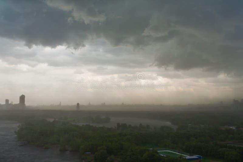 cielo-y-nubes-de-tormenta-cubiertos-sobr