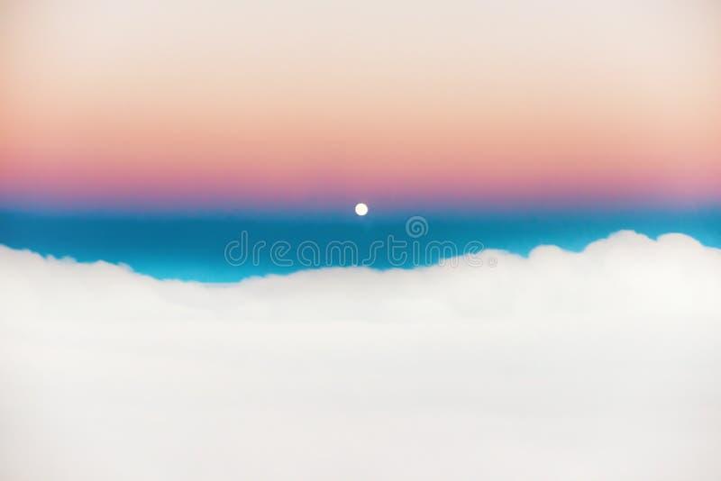 Cielo y nubes en la puesta del sol con la Luna Llena imagen de archivo