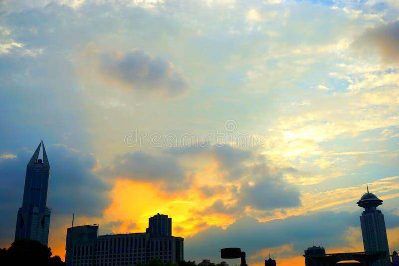 Cielo y nubes hermosos y coloridos en la puesta del sol en la ciudad de Shangai fotos de archivo